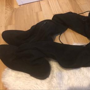 Har disse rigtige flotte støvler til salg som kun er brug én gang! Ruskind - har snørre bag på. De er elastiske, så de kan sagtens sidde som man vil have det.