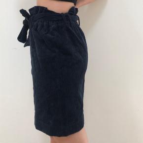 Spritny blå nederdel fra i størelse L. Fejler intet da den aldrig er blevet brugt. Sælges da den er for stor til mig... Tjek mine andre annoncer ud!🌸
