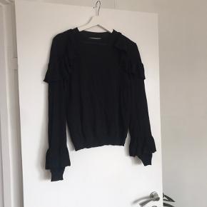 Bomulds-sweater med lidt stretch i, og med rigtig søde detaljer. Sidder virkeligt godt.