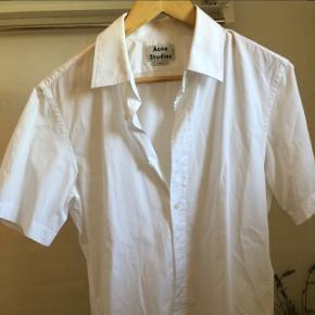 Helt klassisk, hvid og kortarmet Acne skjorte. Sælges da den aldrig er blevet brugt, og bare har hængt i skabetStr: M   Np: 1200
