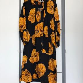 Smuk kjole. Jeg har brugt den én gang, men hænger bare i skabet. Derfor må den videre. Nypris: 1000 kr.