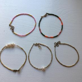 De 3 armbånd i guldfarvet er guldet slidt af nogle steder. De 2 andre er fine.