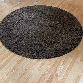 Ådum luv tæppe fra IKEA i brun. Måler 195 cm i diameter. Brugt lidt. Fejler intet.