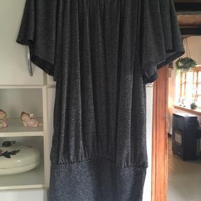 Super enten som selskabs kjole med et par flotte nylon strømper, eller evt ud over et par leggings . Køber betaler Porto