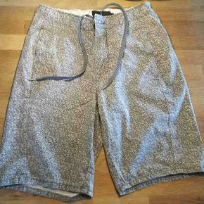 Meget smarte shorts fra Calvin Klein, i den nu meget moderne Camouflage.  Ny Pris 800,- Farve: Grå Camouflage Størrelse: 28 / 164 / S / Small Brand Calvin Klein  Se også alle mine andre annoncer på mærkevarer i fortrinlig stand. Der er noget til både manden og kvinden.