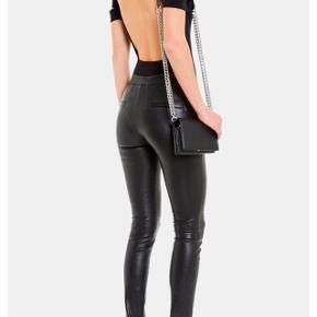 Helmut lang strech leather leggings str 2 sælges. De har været på en gang og fremstår som nye.Købt over net a porter Nypris 8000kr Har kvittering og kasse til dem. 3800kr mindste pris.