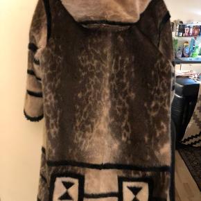 Meget flot og smart sæl frakke næsten aldrig brugt i str. 40 / M Ellers spørg
