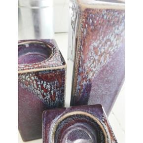 Skønne stager til fyrfadslys i keramik. Alle 7 cm brede. Den højeste er 21cm. Sælges som sæt for 300kr