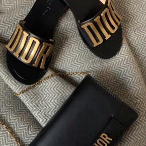 Dior flade sandaler i læder med guld logo str. 36.  Kun brugt 1 gang, da de er for små.
