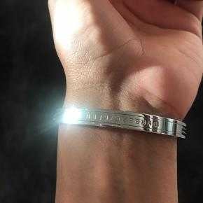 Sælger dette HELT nye armbånd fra dyrberg /kern. Sælges billigt aldrig brugt