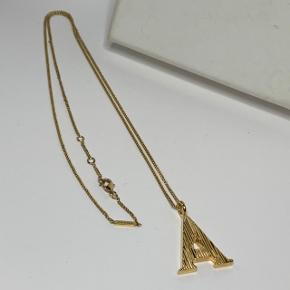 Chloé 'Alphabet necklace' i guld. Bebyggelse få gange og er i god stand. Original æske og mini dustbag medfølger. Kæden følger med! Længde på kæde: 60,5 cm Størrelse på vedhæng: 3,1 cm x 2,2 cm
