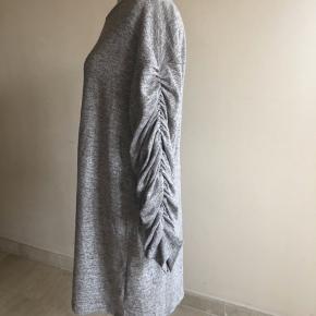 Lækker blød oversize trøje eller kjole. Den er så super blød.  Den går til ca midt på låret, så kan bruges med leggings under feks.