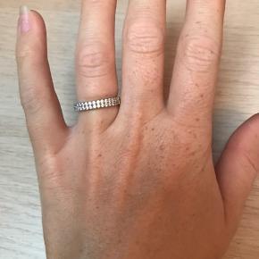 Smuk ring fra Sif Jakobs i størrelse 54. Den har en smule ridser på den side man ikke ser når man har den på. Æsken har jeg desværre ikke længere :-)