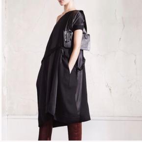 Maison Margiela x H&M kjole i uldblanding med langt bælte, one-size. Kan styles på forskellige måder, stram i taljen eller løst siddende. Kun brugt et par gange, i meget god stand. Tøjpose inkluderet.