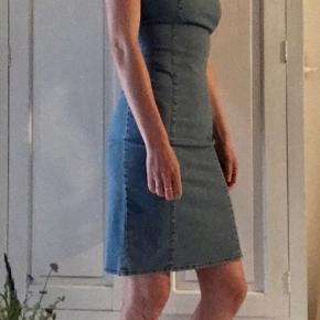 Sommerkjole i denim look.  Stoffet er elastisk så den er behagelig at have på.  Lynlås i ryggen og bindebånd i nakken.
