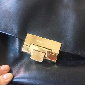 Michael Kors taske i læder. En lille smule slid på hjørner og brugsridser på guld, se billeder. Nypris var ca 4800kr  Mindstepris 1600kr  Ca mål: Højde 23 cm. Længde 39 cm. Bredde 12 cm