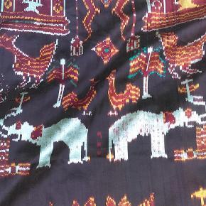 Brand: Etnisk design / Hobby - håndarbejde / metervare Varetype: Metervare / Dekorativt stykke ikat stof .. Størrelse: 275 x 95 cm Farve: Multi  Et stykke smukt ikat stof / metervare , der måler ca 95 x 275 cm . Materialet er mersericeret bomuld og silke . Gyldne , grønne og hvide farver . otiv rigdom , der skildre elefanter , tigerdyr ,huse og haner ( med mere ) . Motiv iflg foto er gentaget ca 3 gange .