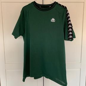 Jeg sælger mit dejlige Kappasæt. I denne sjældne mørkegrønne farve.  Rigtig god kvalitet på tøjet, og en fed farve.  Bukser er XL, men t-shirt er L. Den passer dog som en XL 😀