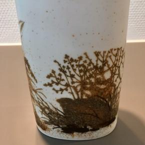 Flot, ældre vase fra Royal Copenhagen.  Bredde: 10 cm Højde: 16 cm Dybde: 7 cm Perfekt stand uden revner eller skår Kan sendes og køber betaler Porto eller kan afhentes på Østerbro
