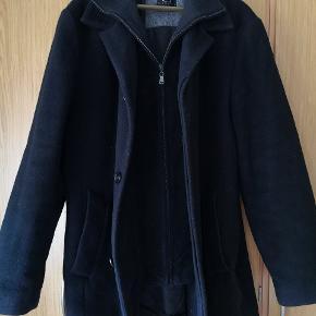 Lækker, varm GARANT frakke af uld og blød cashmier. Bliver super lækker her til vinter. Hvis man gerne vil varmes, er det den her jakke, man skal bruge!  Det er en str: XL Jeg sætter den til 500kr, men jeg er MEGET ÅBEN for bud, så byd endelig!