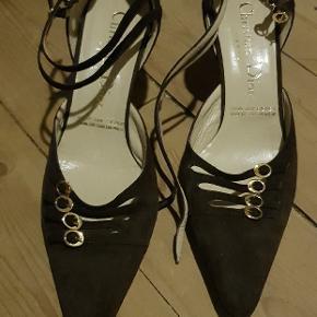 CHRISTIAN DIOR SKO STR.38  En meget smuk elegant sko. Brugt ca. 2 gange. Sælger dem da de er blevet for smalle efter vægt øgning Så de bare stået og nu er det på tide at den anden kan få glæde af dem. Brun ruskind  Har desværre ikke kasse, kvittering eller andet længere. Forsvundet efter flytning.  Sender med DAO på KØBERS regning