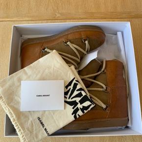 Jeg sælger mine Isabel Marant Nowles Boots i farven Camel og i en str. 39. De er gået med maks 4 gange og er blevet passet rigtig godt på, hvorfor de fremstår stort set som nye 🤍 Alt medfølger til dem: Æske, kvittering og en dustbag til hver støvle. Nypris var 4350,- Useriøse bud og henvendelser vil blive ignoreret