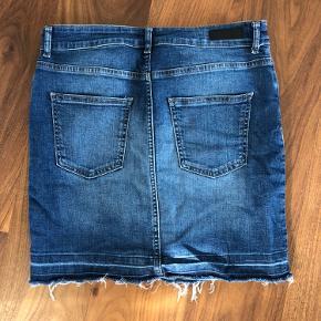 Stram cowboy nederdel! Størrelsen er L, men svare mere til M :)