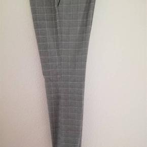 Super lækre elegante ternede bukser fra Isabel Kristensen. Str 42.  Dejlige lommer. Fint broderi nederst på det ene ben. 130,- pp med Dao og mobilepay Sender hurtigt