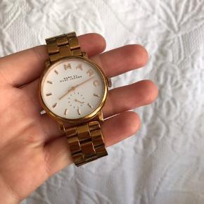 Marc Jacobs ur i rose gold.  Brugt få gange.  Skal have nyt batteri.  Sælges da jeg ikke går med ur.  Ny pris var 2200kr