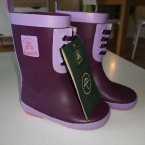 Helt nye gummistøvler i kraftig kvalitet. Jeg har desværre fået smidt kassen væk, så de kan ikke returneres. Støvlerne sælges da de desværre er for store. Ny pris 199,-  Fra røg og dyre frit hjem.