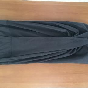 En næsten lang nederdel. Der falder smukt og som passer Xl XXL plus.