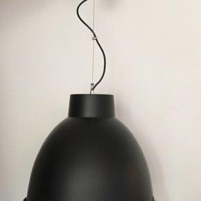 Fed, sort industriel lampe sælges. Fejlfri og som ny. Købt i IDEmøbler. Nypris 900 kr.   Se link herunder for yderligere specifikationer på IDEmøblers hjemmeside.   https://ide.dk/lamper/loftslamper-og-pendler/industry/sort-metalskaerm/p-1005010-5637211324/