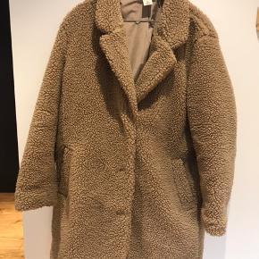 Oversize Teddy bear frakke fra H&M LOGG købt sidste år. Brugt en håndfuld gange, kan kun ses bagpå jakken nederst, der er stoffet lidt trykket. Sender gerne billeder :-)