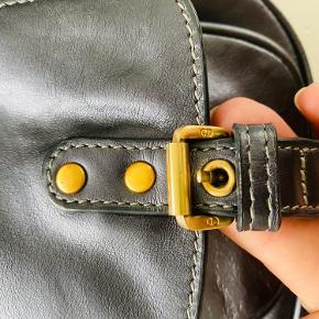 Gaucho Dior task er i rigtig rigtig flot stand eller næsten som ny. Uden æsken og dustbag. Mp. 3500