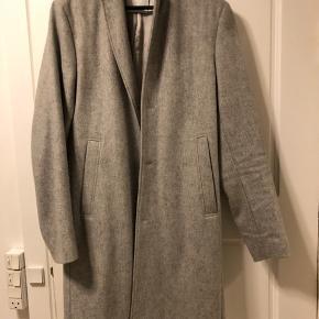 Sælger denne lækre, grå Samsøe Samsøe uldfrakke da jeg ikke får den brugt. Jakken er brugt minimalt. Fitter fint som en L selvom den kun er str. M. Kom gerne med et bud :-)