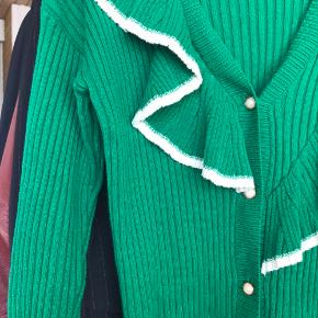 Super fin cardigan med asymmetrisk flæse detalje  Uden brugstegn  Flere billeder haves  Pris uden porto