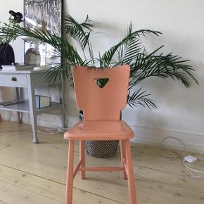 Retro laksefarvet køkkenstol meget stabil og robust Stolen er rigtig skøn og slidt på en fin måde :)Prisen er 300. Kr
