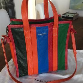 Varetype: Skuldertaske Størrelse: S (29x28x14) Farve: Multi Oprindelig købspris: 11000 kr.  Balenciaga Bazar shopper. Stadig i butikken. Sælger kun da jeg har forelsket mig i en anden taske.  Som ny, ingen slid, kun få brugs spor indvendig i foret. Flere fotos kan sendes.