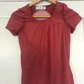 Smuk detaljeret bordeauxrød t-shirt fra Adidas by Stella McCartney. aldrig brugt.