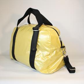 Skøn sports/weekend taske i lækker gul farve, letvægtsmateriale i bedste coatede kvalitet. Fra taskebranded Jack Gomme fra Paris. Lang rem og inderlomme medfølger. Sommerens must have🤗