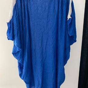 Rigtig flot blå kjole fra Hofmann Copenhagen i str. S. Brugt én aften.   Skriv gerne for flere billeder eller kom med et bud 💙