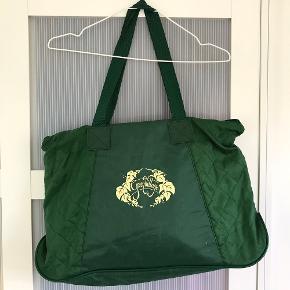 Vintage rummelig taske i grøn. Der er plads til en computer i den, så den kan evt. bruges som skoletaske. Den har også et vandtæt rum inden i. Der er nogle tegn på slid på tasken og inden i, men den kan sagtens bruges 💚  Jeg sender meget gerne flere billeder 😁