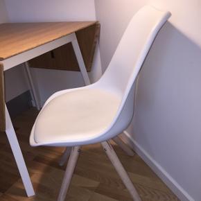 Sælger to af disse fra ILVA. 1stk 200kr, 2stk 350kr. Begge stole er brugt i et par år. Læderet viser en smule tegn på brug, men de er i pæn stand.