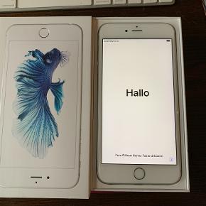 Se alle 8 billeder i fuld størrelse iPhone 6S Plus, 128 GB, aluminium, Perfekt  iPhone 6s plus silver. 128 gb. Som ny, ingen skader eller ridser, da den altid har været i cover.  Den er reesettet og klar til ny bruger. Alt originalt tilbehør medfølger inkl. kvittering. kr. 1.900,-  Gucci Bloom cover (ægte) ink. pose, æske, tag og kvittering kr. 500,- passer til mobilen.  iPone stander, farve gold kr. 175,-  rabat ved samlet køb.  Kan hentes i Ålsgårde, Helsingør eller Lyngby efter aftale, eller sendes på købers regning