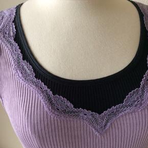 Farve: sart violet. Materiale: 100% silke. Perfekt stand. Sendes for kr. 35,-