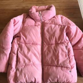 Lyserød dun jakke med indbygget hætte