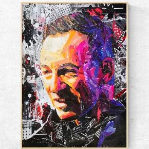 Art by Bisse. Collagekunst. Sælges som print i lækkert 170 g. papir. (uden ramme)  300 kr. for afhentning i Århus/330 kr. inkl fragt. Bruce Springsteen plakat A2. (420x594 mm)   💥Følg gerne min instagram artbybisse, som bliver opdateret løbende. 🙂  💥http://www.facebook.com/artbybisse  Tags: Bruce Springsteen, kunst, plakat, poster, Urban, rock, artbybisse, graffiti, collage