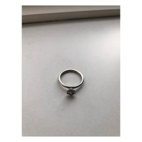 Fin sølv spinning ring i str xs med lille blomst 🌼  Brugt i en periode, men er stadig i god stand ✨  Sender med DAO (køber betaler fragt) eller kan afhentes i Valby eller på Amager efter aftale 📦📍