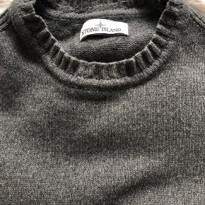 Stone Island sweater i str. XL. Købt i Illum. Velholdt uden tegn på slid eller brug. Kun vasket i hånden. Der er syet en tråd indvendigt i halsen for at stramme den en smule. Kan tages ud hvis ikke det ønskes.  Kan sendes eller hentes i Valby