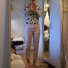 Super fine rosa jeans i loose fit. Brugt få gange. Str 28